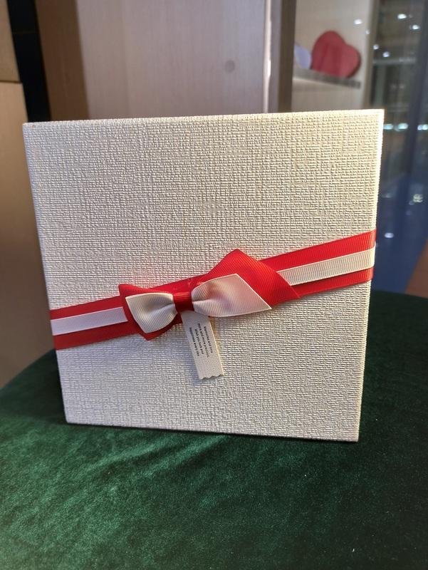 Коробка белая с красным бантом средняя