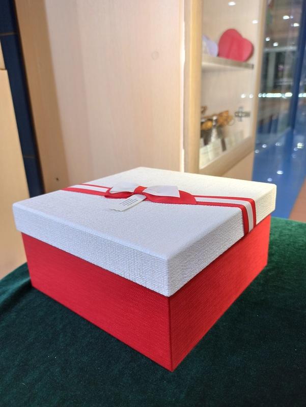 Коробка белая с красным бантом большая
